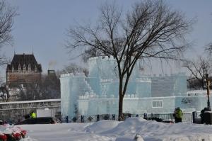Le Palais de glace du Carnaval de Québec avec le Château Frontenac en arrière plan